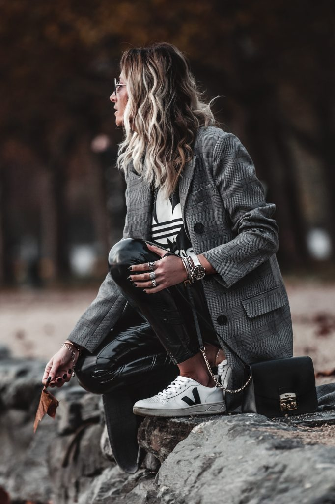 How to wear a plaid coat -- A sporty chic outfit --www.jennysgou.com