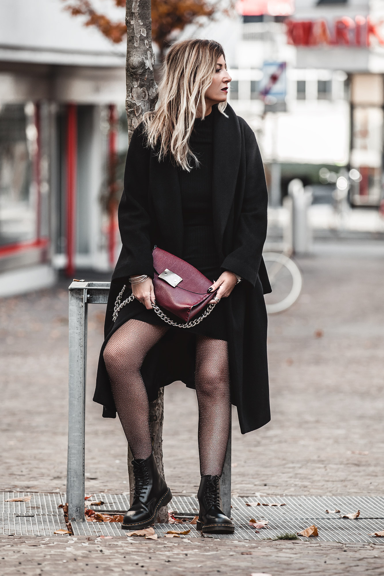 nothing to wear problem & solution, black outfit, burgundy bag