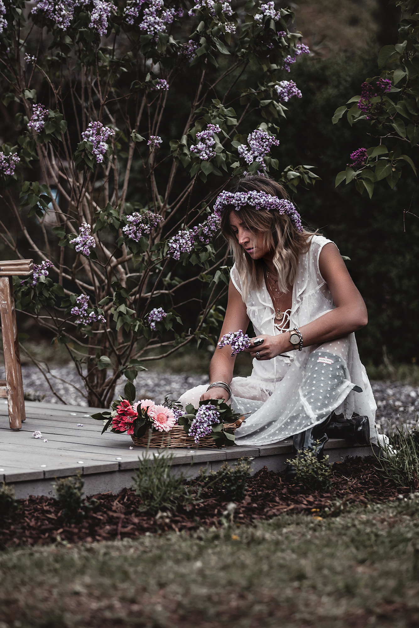 The time of white dresses is officially here. Keep reading to have a taste of the most beautiful voluminous, romantic, and broderie white dresses for spring and summer 2020, at super affordable prices, many of which are only under 30 €. White dress, flowers, May Day, lilac crown.