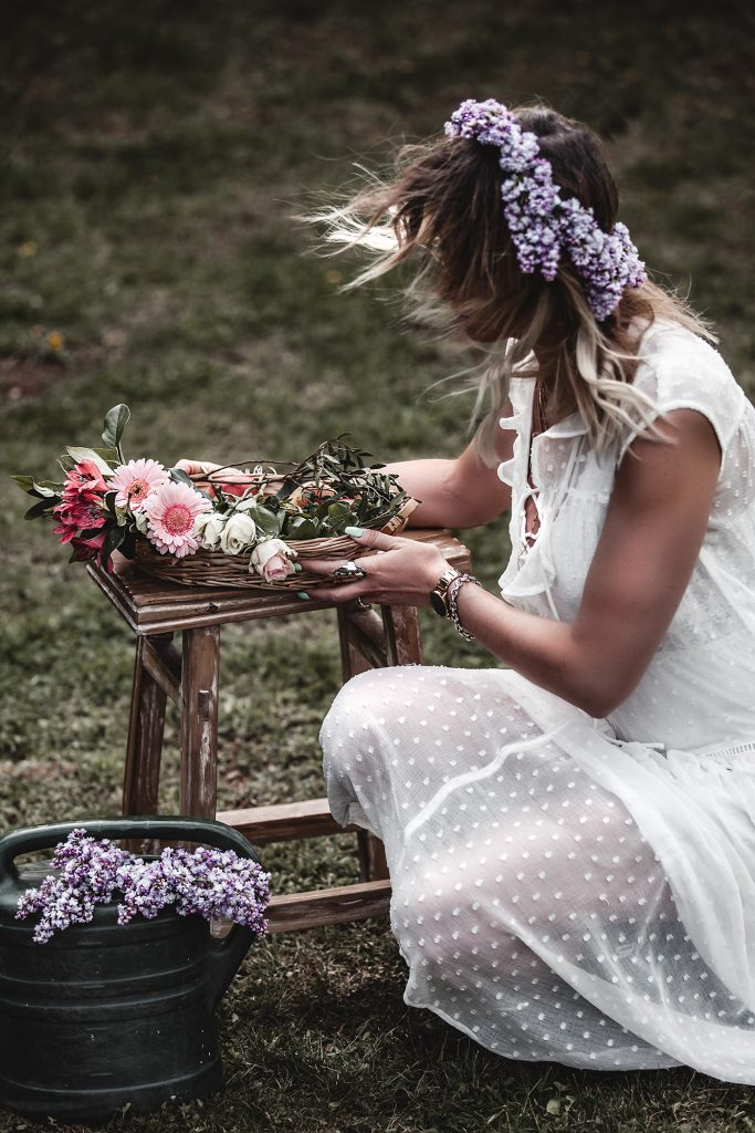 The time of white dresses is officially here. Keep reading to have a taste of the most beautiful voluminous, romantic, and broderie white dresses for spring and summer 2020, at super affordable prices, many of which are only under 30 €. White dress, May Day, Flowers.