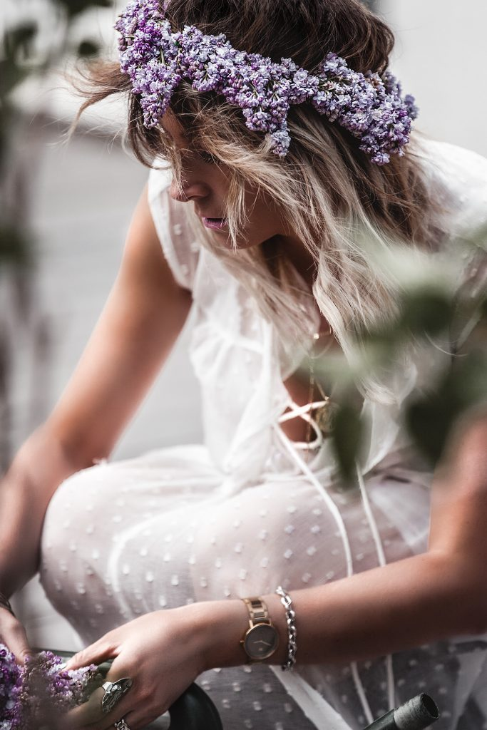The time of white dresses is officially here. Keep reading to have a taste of the most beautiful voluminous, romantic, and broderie white dresses for spring and summer 2020, at super affordable prices, many of which are only under 30 €. White dress, Lilac, Flowers, May.