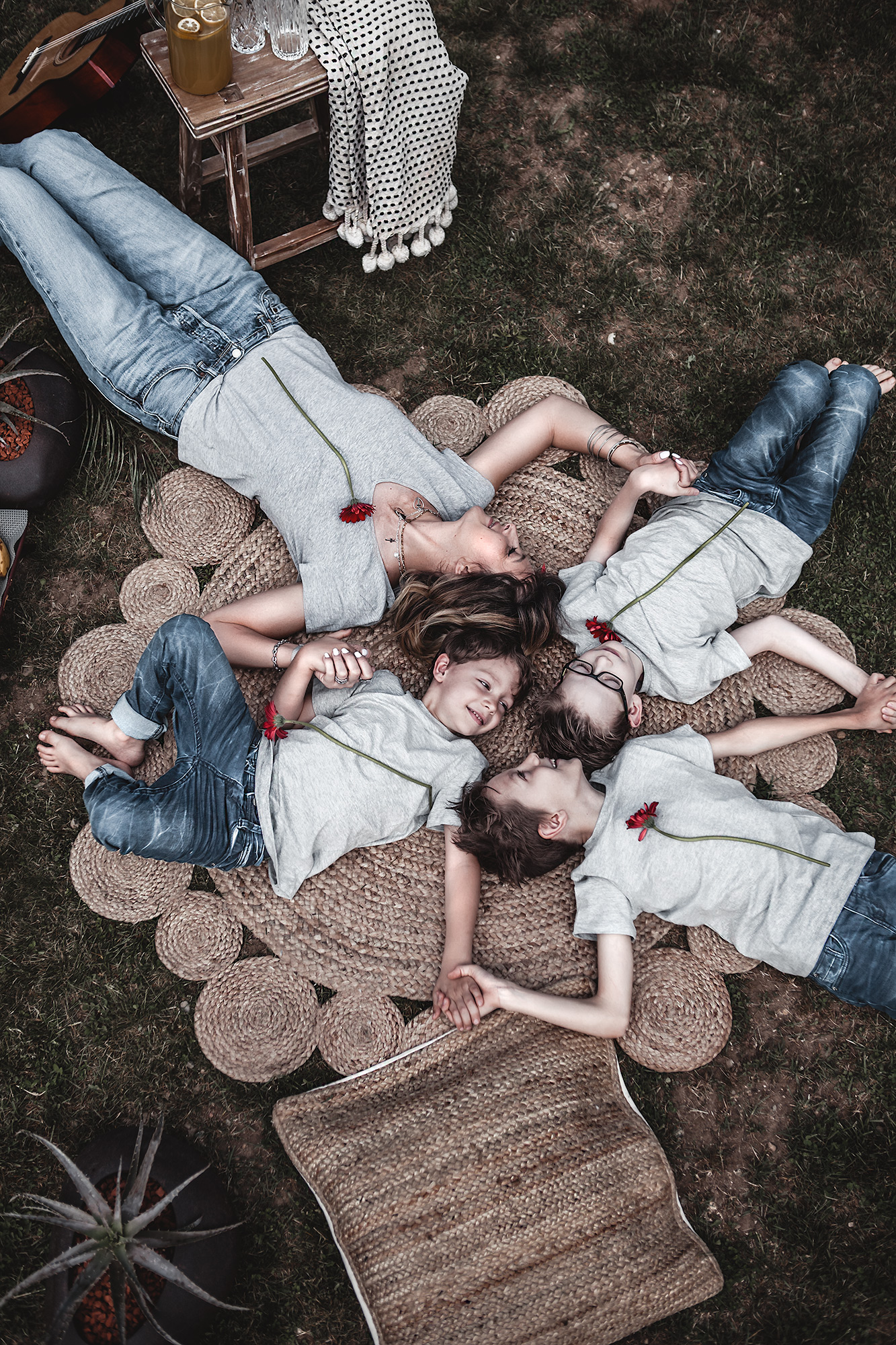 With these tips and decorative elements create a simple picnic decor in the garden and make the spot relaxing, familiar & inviting instantly. Family photo, mother and sons, picnic, garden, mother and kids, round jute rug. Mothers day. My Circle of life.