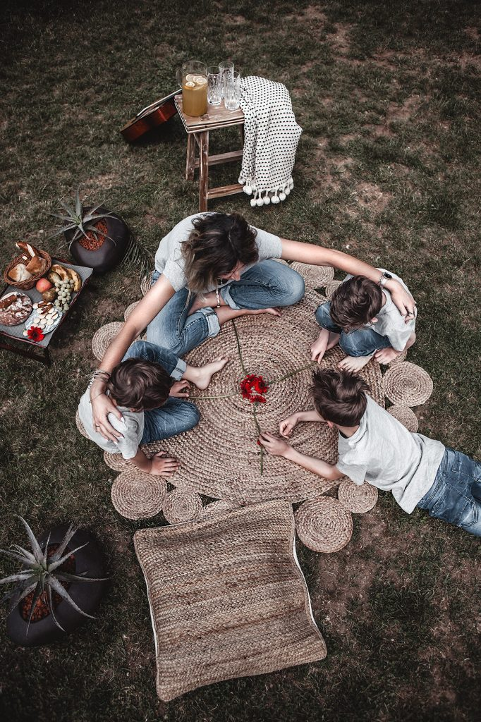 With these tips and decorative elements create a simple picnic decor in the garden and make the spot relaxing, familiar & inviting instantly. Family photo, mother and sons, picnic, garden, mother and kids, round jute rug. My circle of life.