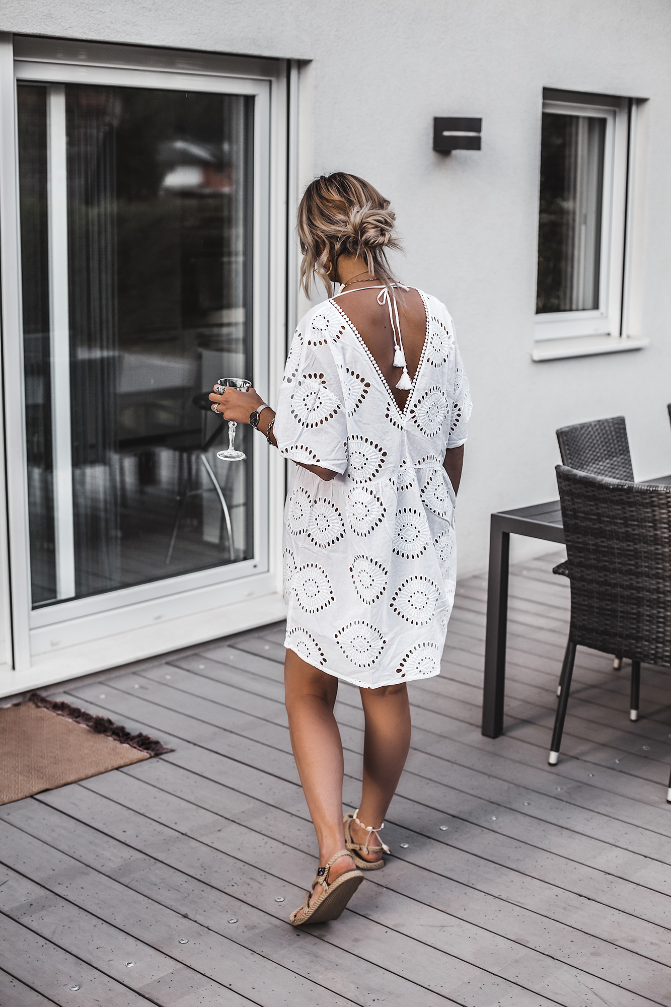 The best summer dress is always a white dress. If it is a boho beach style dress even better. If it is also a Broderie Anglaise dress with a beautiful open back, pom poms, and a perfect decollete, then it is the ultimate dress for this summer. And it's only under 40 €. White dress, boho rope sandals.