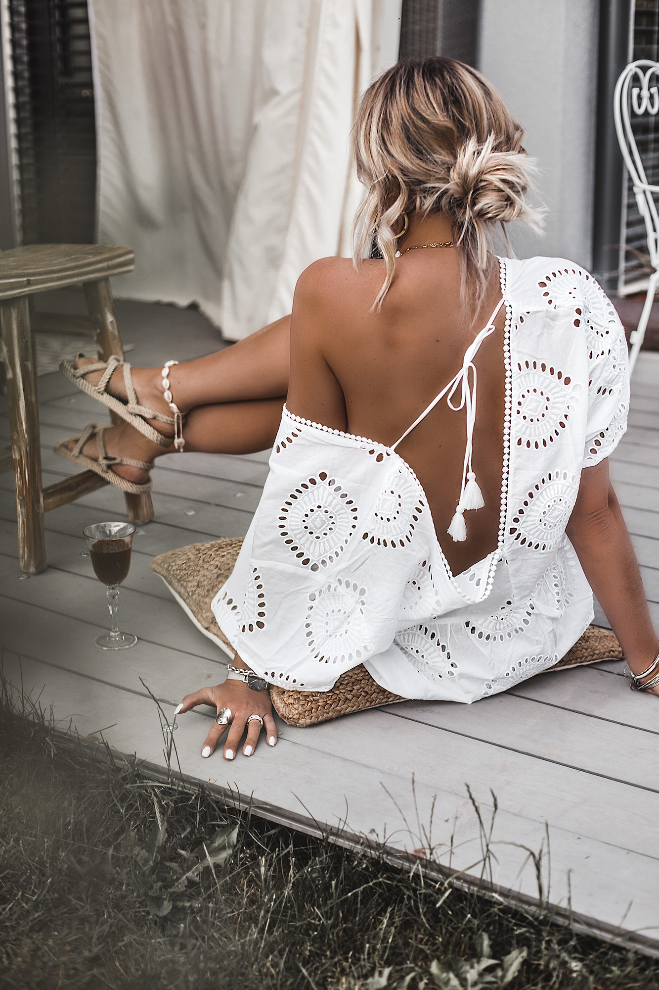 The best summer dress is always a white dress. If it is a boho beach style dress even better. If it is also a Broderie Anglaise dress with a beautiful open back, pom poms, and a perfect decollete, then it is the ultimate dress for this summer. And it's only under 40 €. Rope boho sandals.