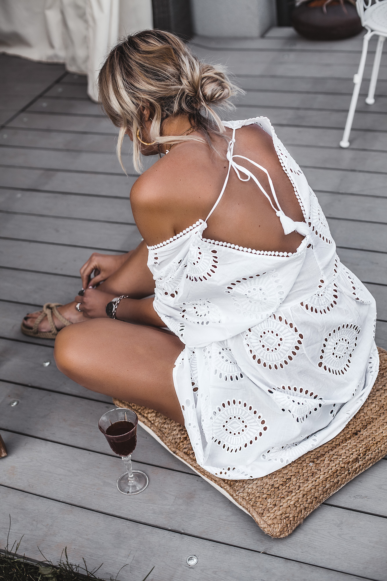 The best summer dress is always a white dress. If it is a boho beach style dress even better. If it is also a Broderie Anglaise dress with a beautiful open back, pom poms, and a perfect decollete, then it is the ultimate dress for this summer. And it's only under 40 €. White dress, boho rope flat sandals.