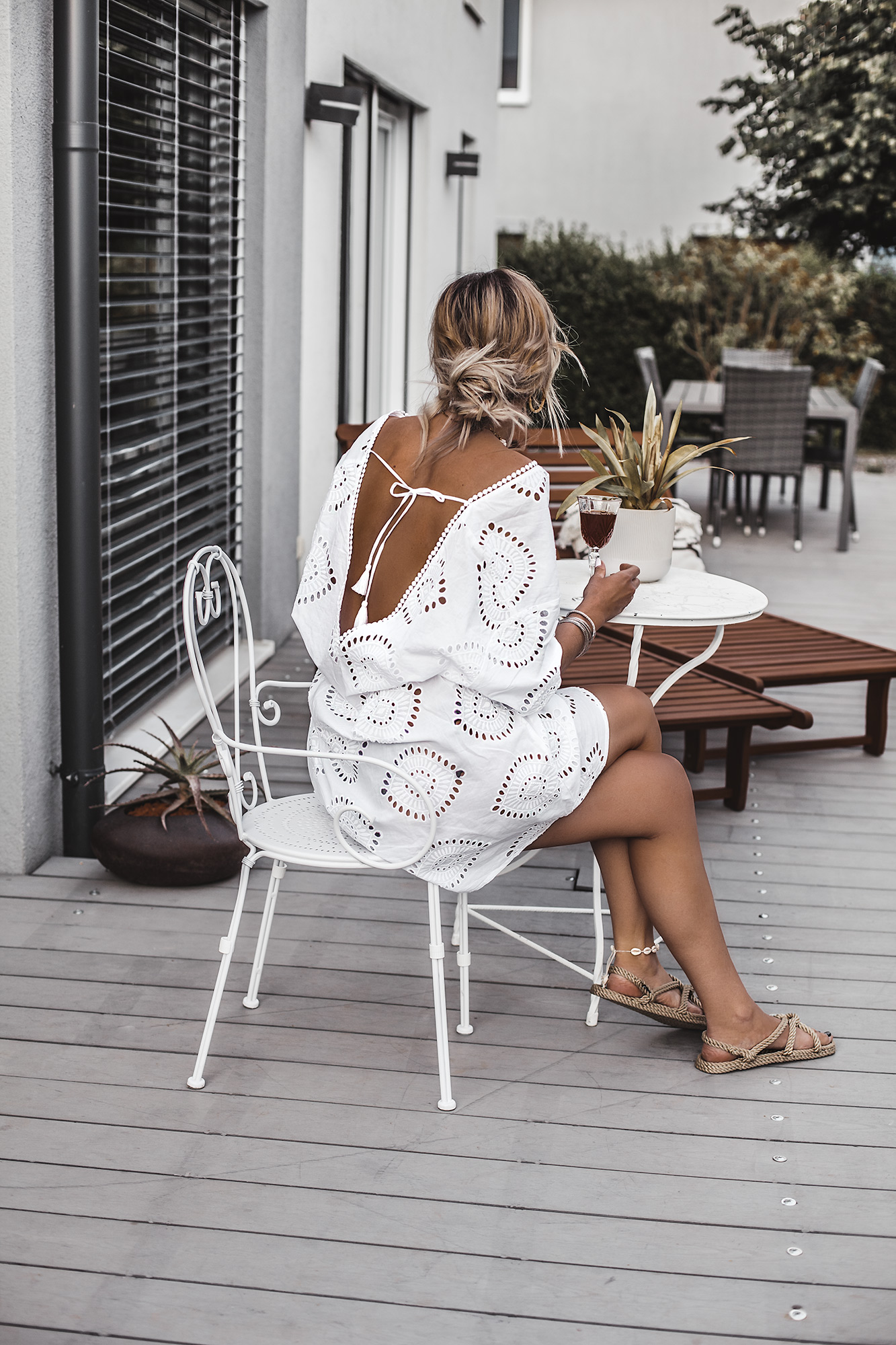The best summer dress is always a white dress. If it is a boho beach style dress even better. If it is also a Broderie Anglaise dress with a beautiful open back, pom poms, and a perfect decollete, then it is the ultimate dress for this summer. And it's only under 40 €. Plus, Boho rope flat sandals.